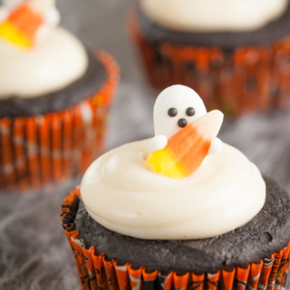 Double Chocolate Pumpkin Cupcakes with Spiced Cream Cheese Frosting - perfect for your next Halloween party! | pinchmysalt.com