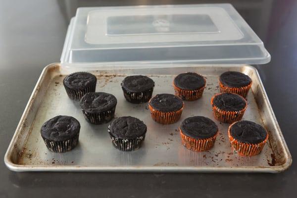Sheet Pan Cover for Transporting Frosted Cookies and Cupcakes | pinchmysalt.com