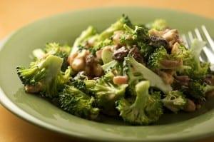 Broccoli Salad with Bacon, Raisins, and Cashews | pinchmysalt.com